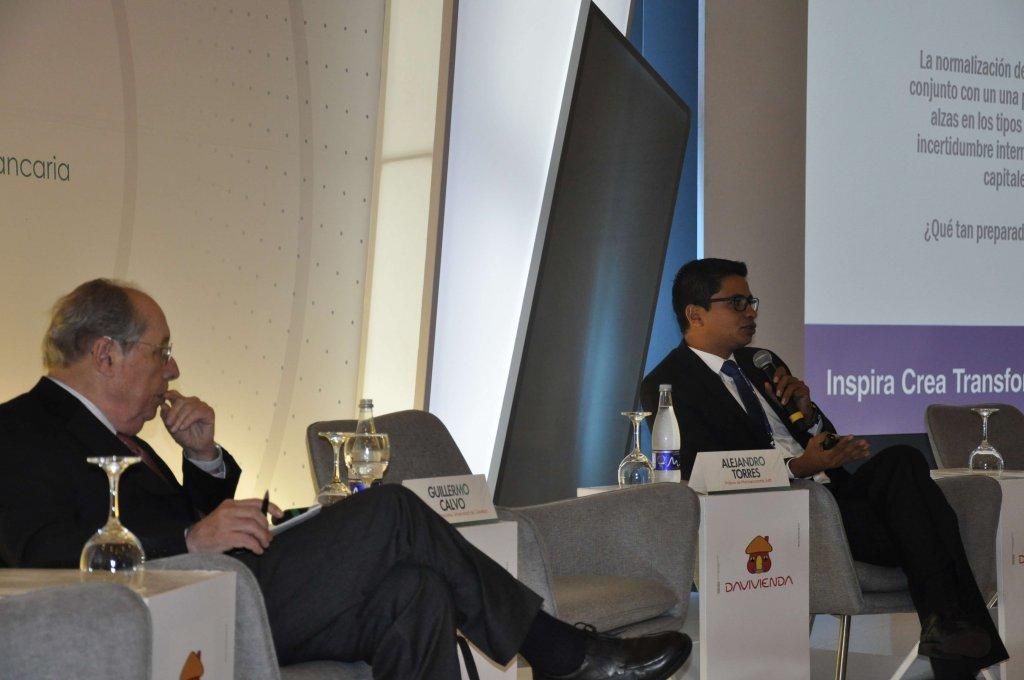 3. Guillermo Calvo y el profesor Alejandro Torres (EAFIT) desarrollando el conversatorio acerca de sudden stop e inflación.